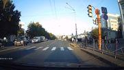 Таксиметров шофьор удря жена на пешеходна пътека и бяга