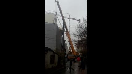 70 тонен кран пада от покрива на Гранд Мол Варна