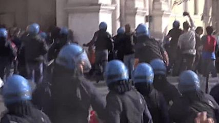 Italy: Water cannon batters protesters, in anti-housing policy march