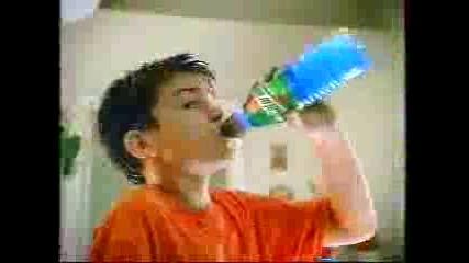 Реклама - Момче Играе Със Спортни Звезди