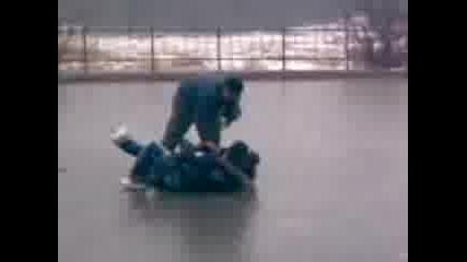 Ледена Пързалка В Двора На Чехато