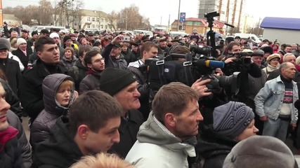 Ukraine: Protesters rally against opening of refugee shelter in Yagotin