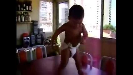 Много Яко! Готино бебе танцува самба на маса