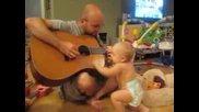 Супер сладко бебенце танцува