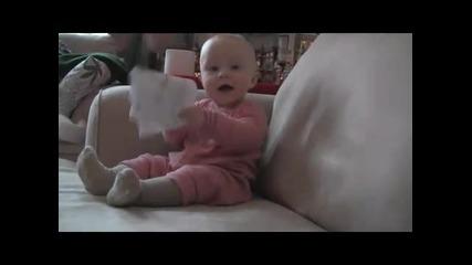 Бебе се смее жестоко