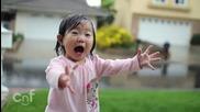 Чистата емоция на едно дете, което вижда дъжд за първи път