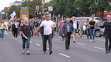 Germany: Police clash with protesters in chaotic COVID-sceptics march in Berlin