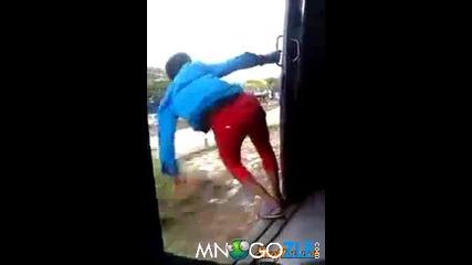 Индиец си намира стълб от влака