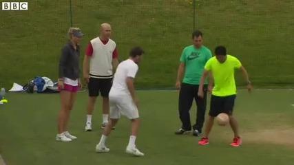 Мария Шарапова показва футболни умения