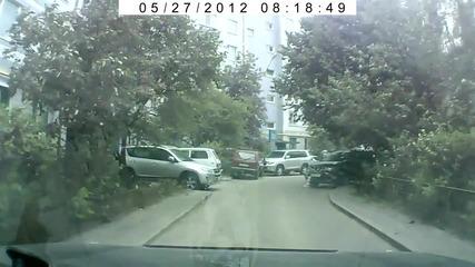 Жена се опитва да паркира смях.(hd)