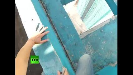 много смела едрогърда рускиня ходи по ръба на сграда
