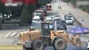Психопати с танк и багер помляха градче!
