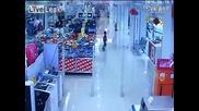 Никога не оставяйте децата си без надзор в търговски център