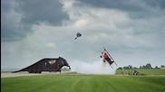 Mоторист прави салто над ниско прелитащ самолет!