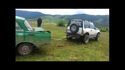 Вижте какво става когато стар Москвич се изправи срещу 2 подготвени за Off-road джипа