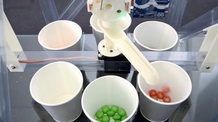 Ето как бонбонките се разделят по цветове :)