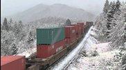 Американски влак се изкачва в планината през зимата