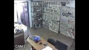 Заснеха Дързък Ром Задигащ Телефон И Дрелка От Склад Във Варна Iii