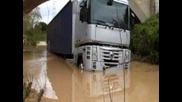 Rescate Camion Atrapado Por Subida De Rioще го разберат много повече хора. Заглавие ползвайте родния