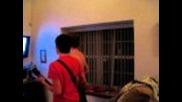 Побърканият играе на Guitarhero и бие брат си 8мо видео