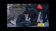 Бездомно дете ще замръзне на улицата. Как го третират минувачите е (видео)