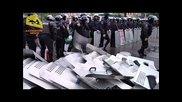 Силно видео - милиционери отказват да защитават сградата на управлението в Одеса и хвърлят щитовете