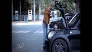 Ето как жена долива масло на колата си :d