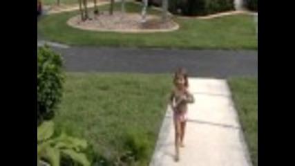 Mомиченце си играе с мъртва катерица