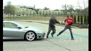 Нападнати от собственика Ferrari - Pee кича