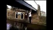 Тоя падна в канала при опит да прекоси моста висейки от долу