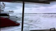 7 Много големи вълни надхвърлят пристанището