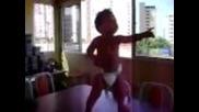 Бебе танцува самба.