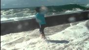 Огромни вълни директно преливат на брега през кея