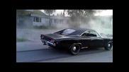 машина прави burnout Dodge Charger R/t 440