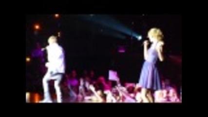 Джъстин Бийбър и Тейлър Суифт пеят'baby'на концерта на Тейлър