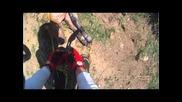 Моторист помага на давещо се животно