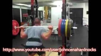 John Cena тренира в неговият спортен салон