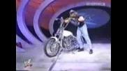 Triple H унищожава мотор на Гробаря