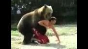 Човек си играе с мечка