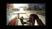 Пилот на Формула 1 се забавлява на снега