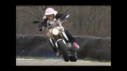 """""""мацка"""" със сузуки показва как се кара мотор"""