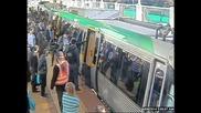 Спасяват пътник в Пърт Австралия като повдигат влака