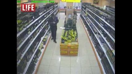 луд руски полицай растрелва хора във супермаркет