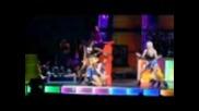 Риана падна по лице на сцената! Видео!