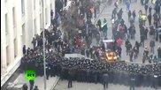 Протестиращи в Киев карат булдозер, към куките