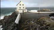 Огромни вълни от някой си ураган удрят крайбрежна къща