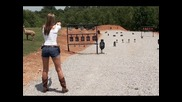 Мацка стреля с пистолет