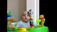 Най-якото бебе - Сладурът се плаши от това, че майка му си издухва носа и прави нечовешките физионом