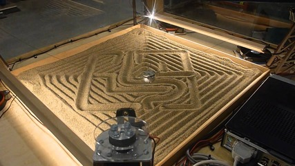 машина рисува върху пясък ..