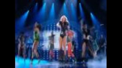 Miley Cyrus целуна момиче по време на изпълнението си!!!!!